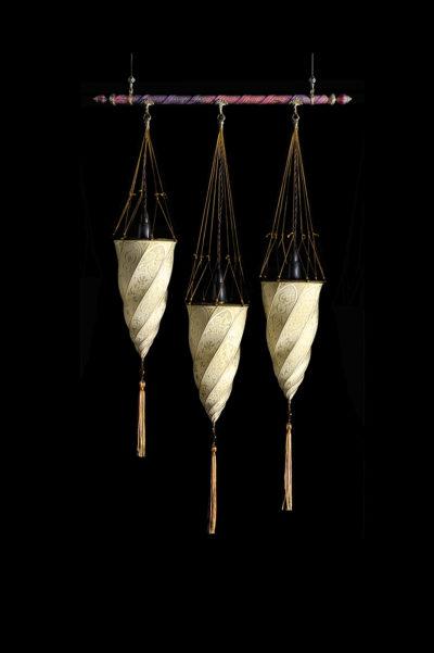 Fortuny Cesendello Seidenleuchte an einer Stange mit 3 Lichtpunkte