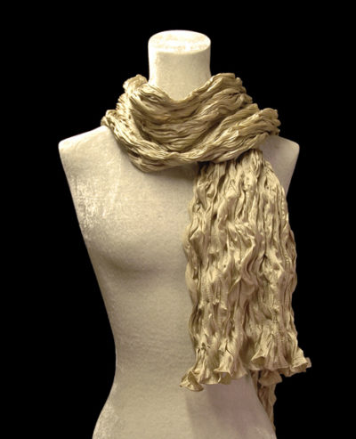 Fortuny geknitterter Seidenkreppschal in Goldbeige