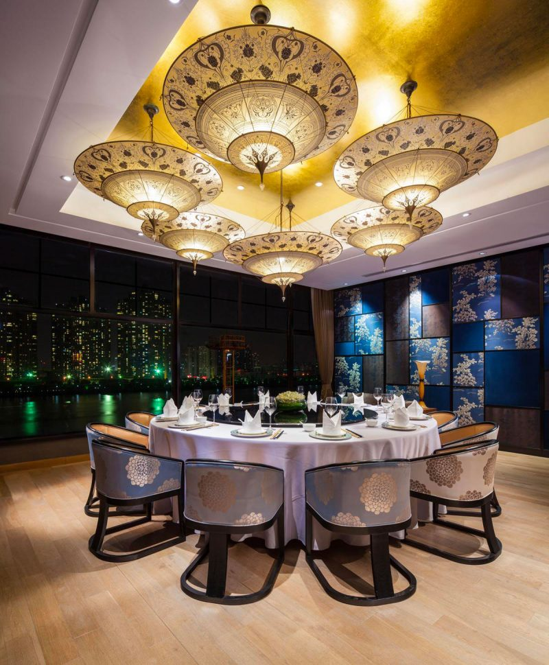 Fortuny Scheherazade Geometric Seidenleuchte in 3 Ebenen im Restaurant