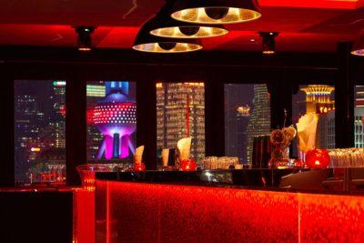 In der Bar Rouge in Shanghai befinden sich die Kuppellampen Fortuny Studio 1907.