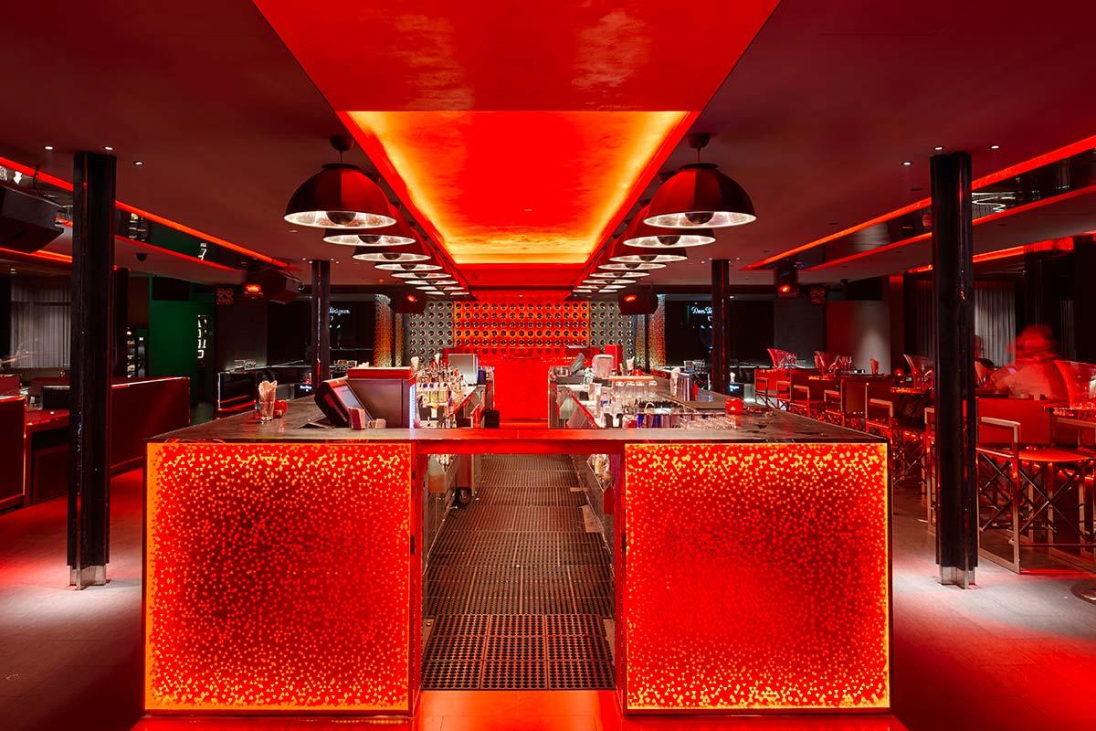 In der Bar Rouge in Shanghai befinden sich die Kuppellampen Fortuny Studio 1907 2