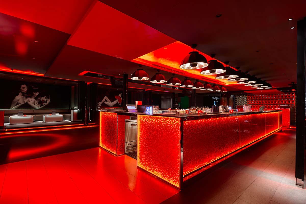 In der Bar Rouge in Shanghai befinden sich die Kuppellampen Fortuny Studio 1907 4