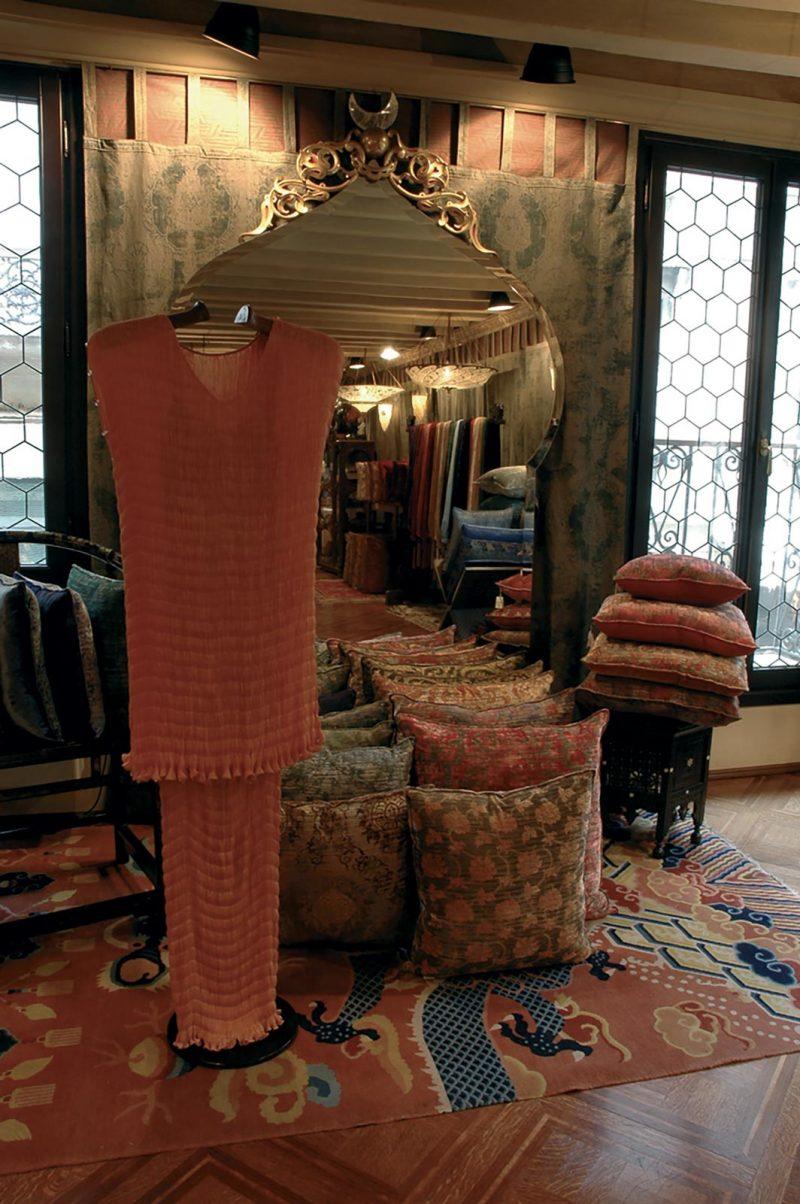 Fortuny Delphos Seidenkleid im Fortuny Shop Atelier in Venedig