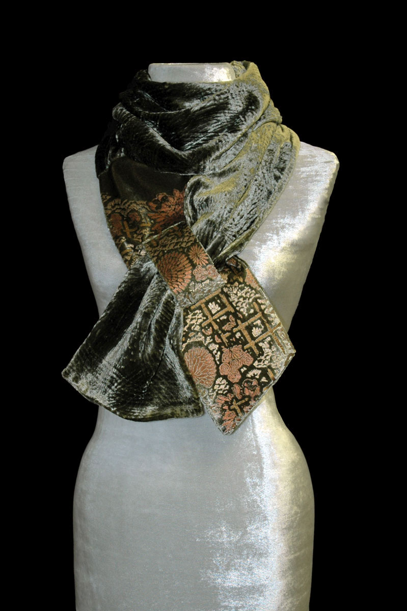https://www.fortuny.shop/wp-content/uploads/2020/10/fortuny-printed-velvet-scarf-olive-green-6s7-226_a-1.jpg