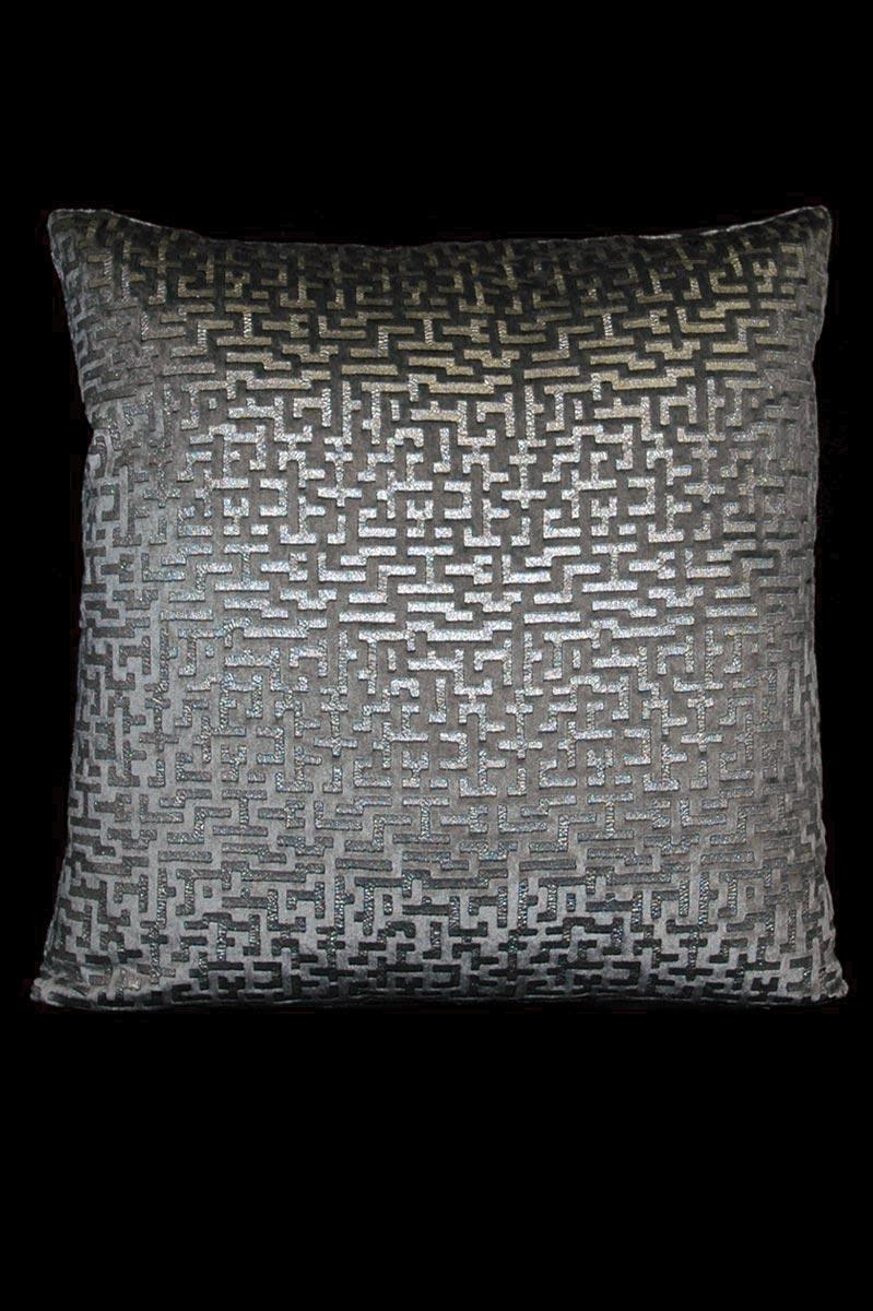 Venetia Studium Labirinto bedrucktes quadratisches Samtkissen in Grau