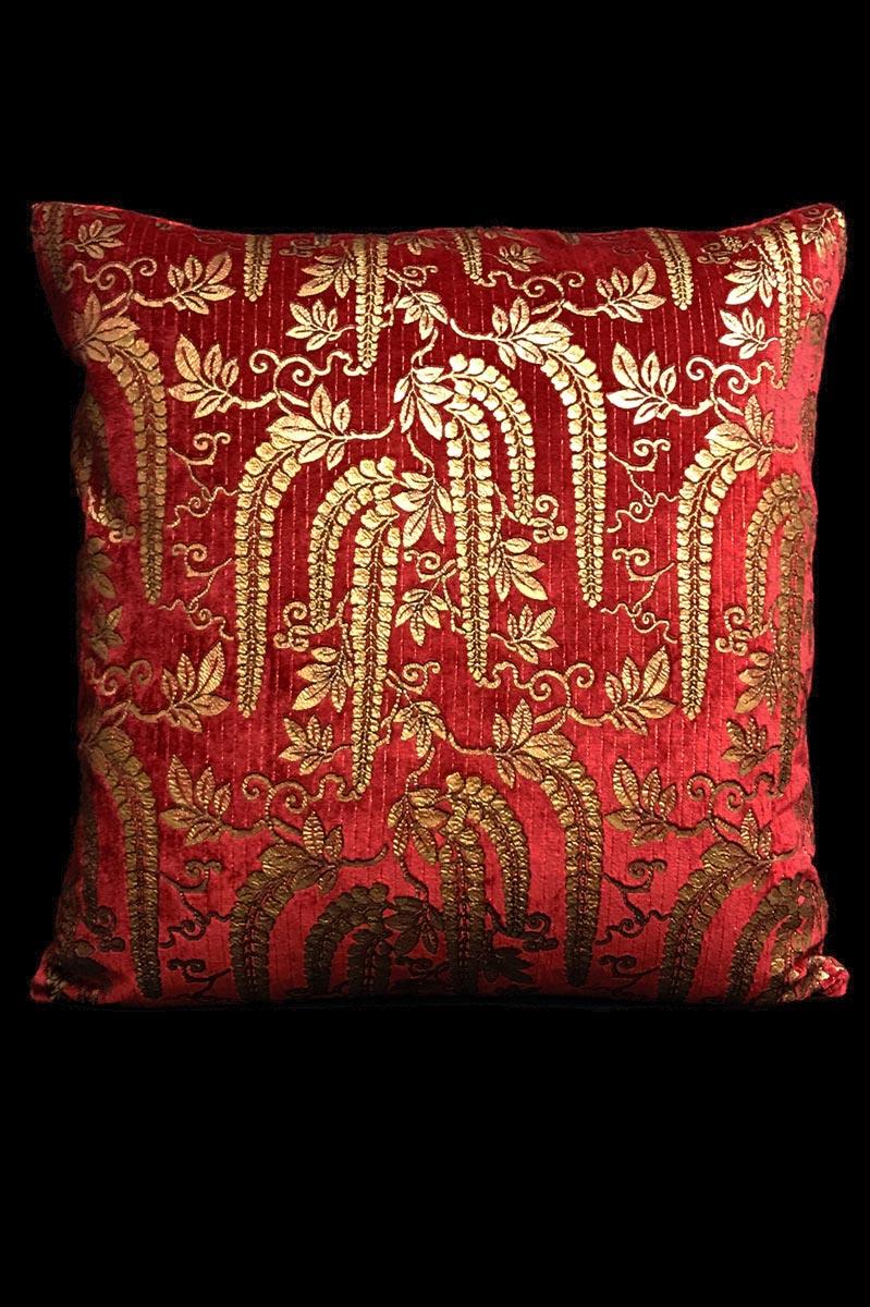 Venetia Studium Glicine Bedrucktes quadratisches Samtkissen in Rot