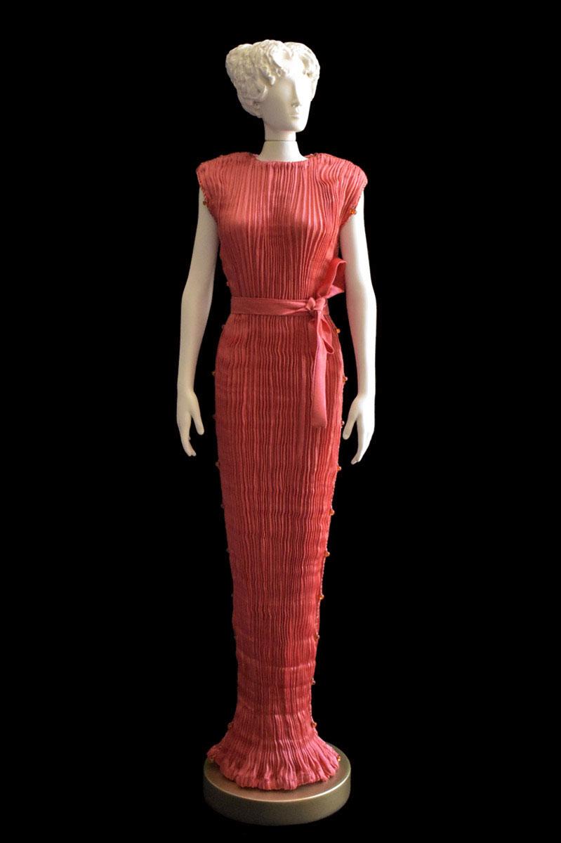 Diva - Statuette einer Frau im korallenrotes Peggy Seidenfaltenkleid - Roman