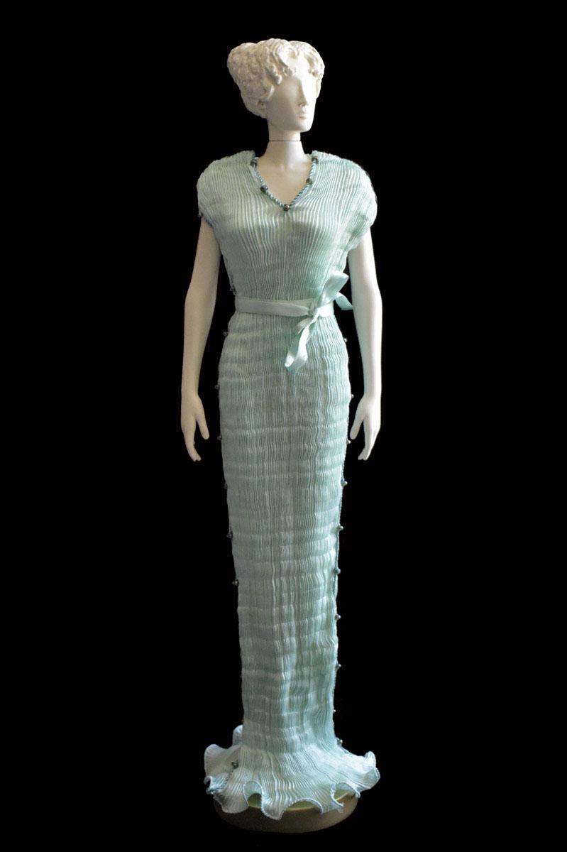 Diva - Statuette einer Frau im opalgrünes Auriga Seidenfaltenkleid - Roman