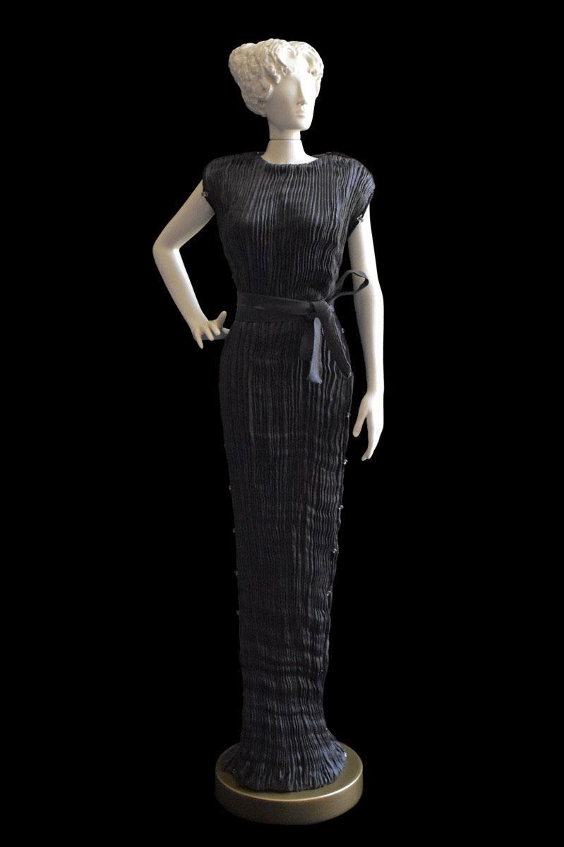 Diva - Statuette einer Frau im anthrazitgraues Peggy Seidenfaltenkleid - Roman