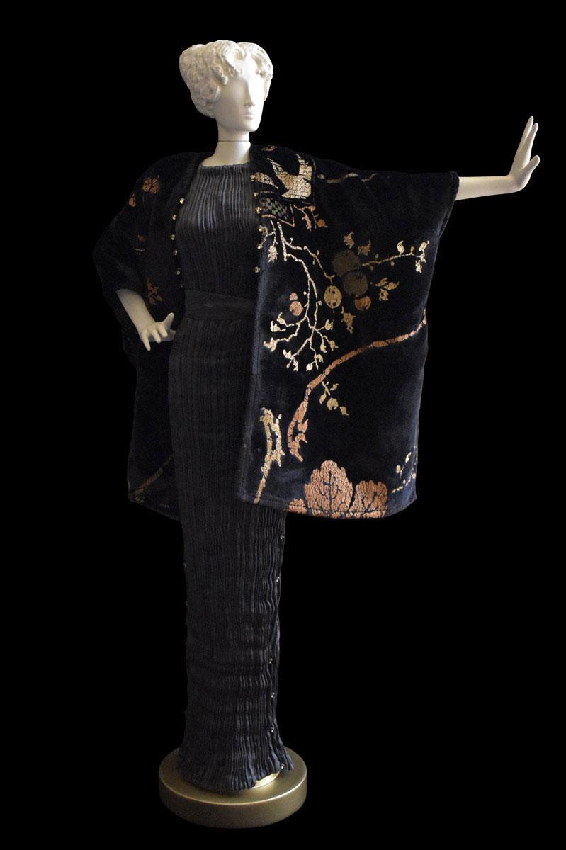 Diva - Statuette einer Frau im anthrazitgraues Seidenfaltenkleid und schwarzer Samtschal bedruckt - Roman