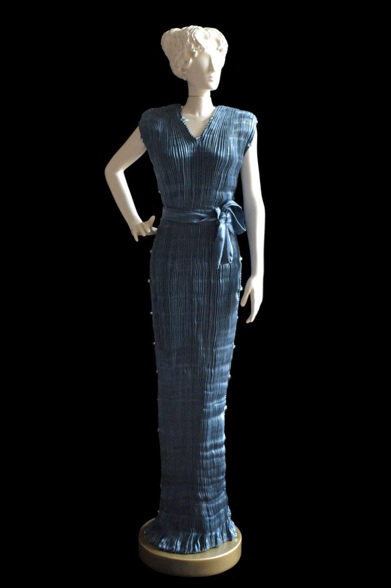 Diva - Statuette einer Frau im dunkles blaugrünes Peggy Seidenfaltenkleid- Roman