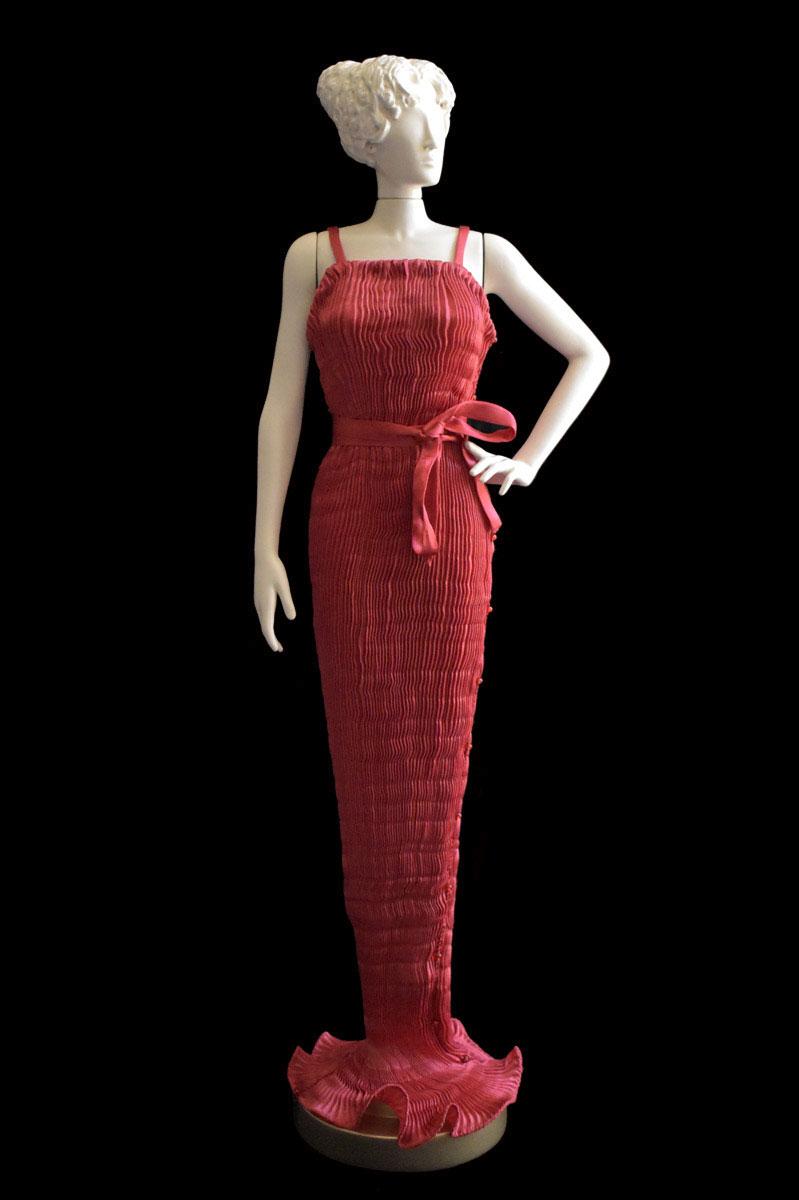 Diva - Statuette einer Frau im rotes Pretty Seidenfaltenkleid - Roman