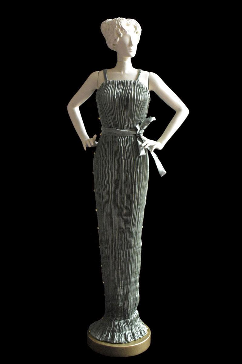 Diva - Statuette einer Frau im salbeigraues Pretty Seidenfaltenkleid - Roman