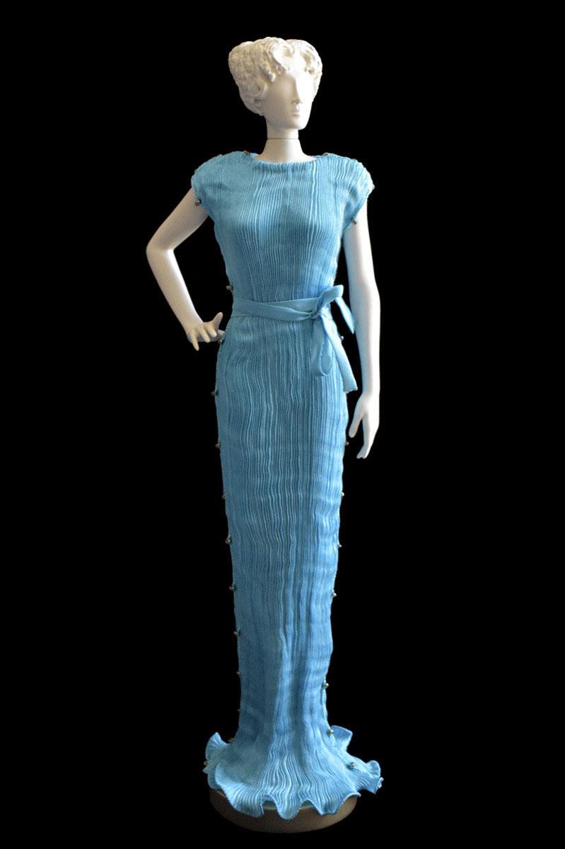 Diva - Statuette einer Frau im türkisblaues Peggy Seidenfaltenkleid - Roman
