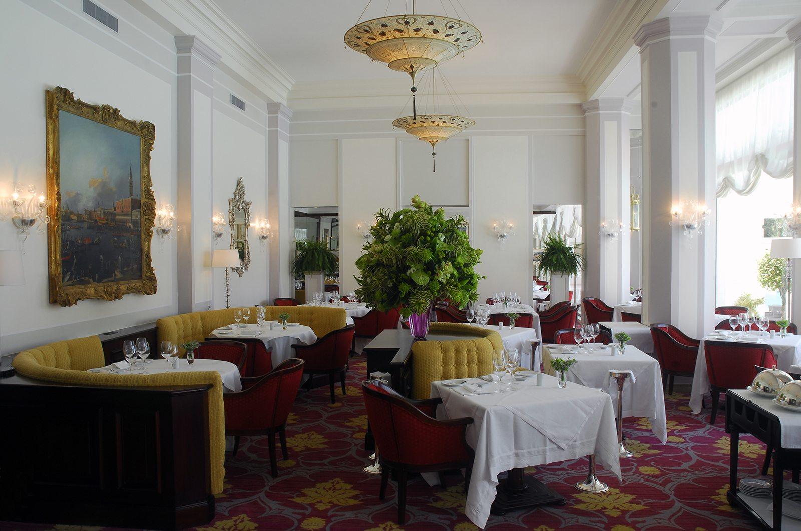 Speisesaal des Ristorante Hotel Cipriani mit Lampen von Fortuny Scheherazade