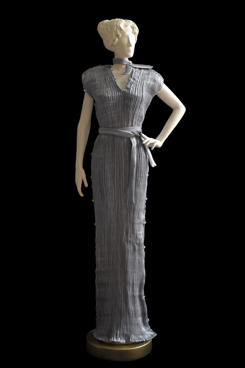 Diva - Statuette einer Frau im perlgraues Auriga Seidenfaltenkleid - Roman
