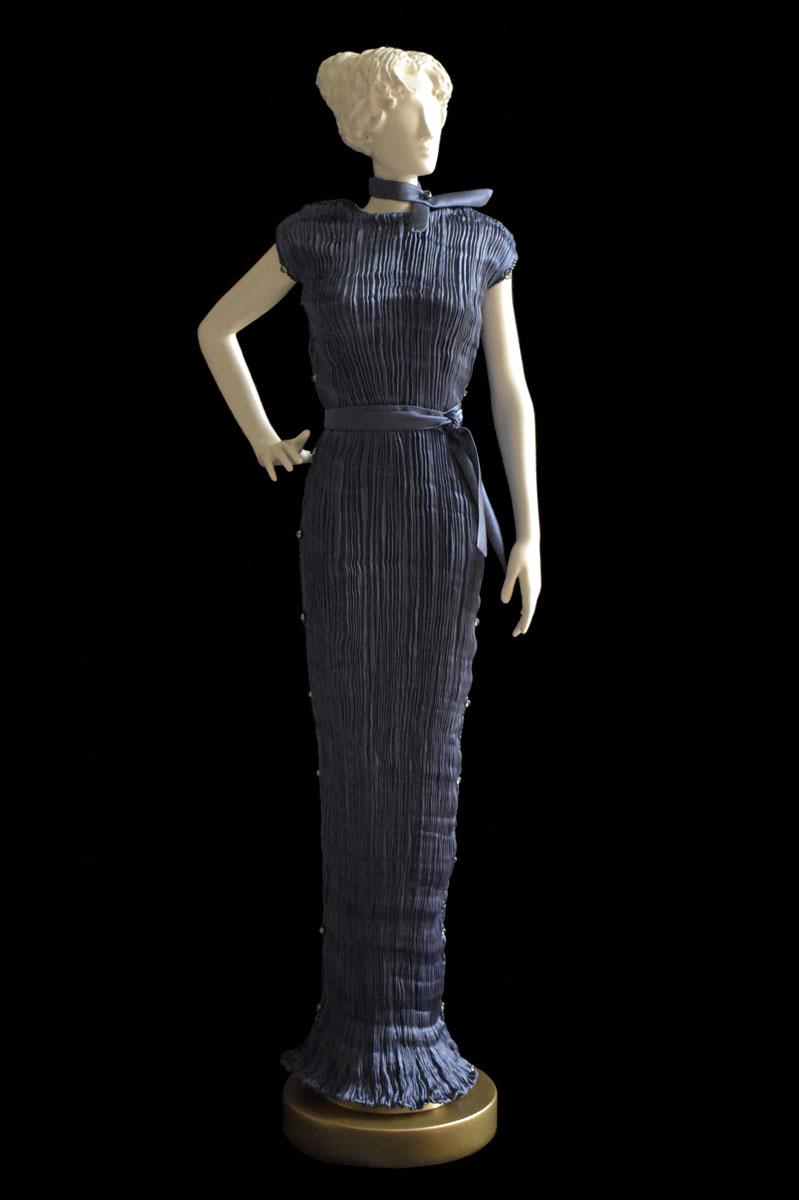 Diva - Statuette einer Frau im blaugraues Peggy Seidenfaltenkleid - Roman