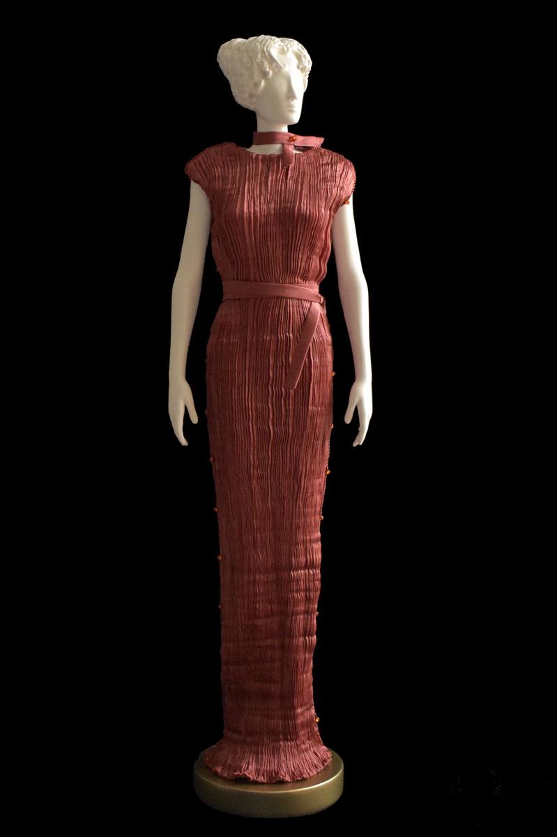 Diva - Statuette einer Frau im rostfarbenes Peggy Seidenfaltenkleid - Roman