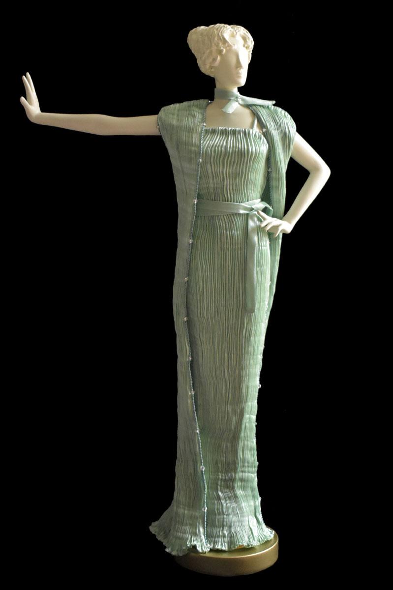 Diva - Statuette einer Frau im opalgrünes Peggy Seidenfaltenkleid und Schal - Roman